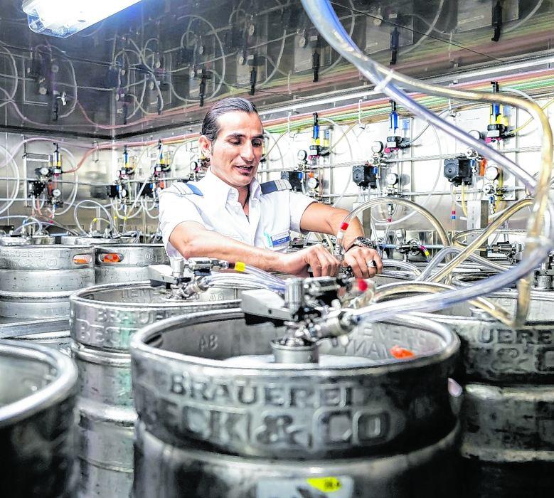 Mein Schiff Provision Master Yener Dasedemir überprüft die Bierfässer und -leitungen