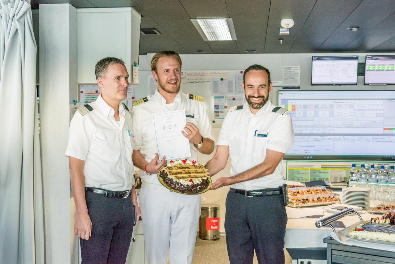 TUI Cruises General Manager Axel Sorger (links) bei seinem 10-jährigen Jubiläum auf der Mein Schiff Flotte