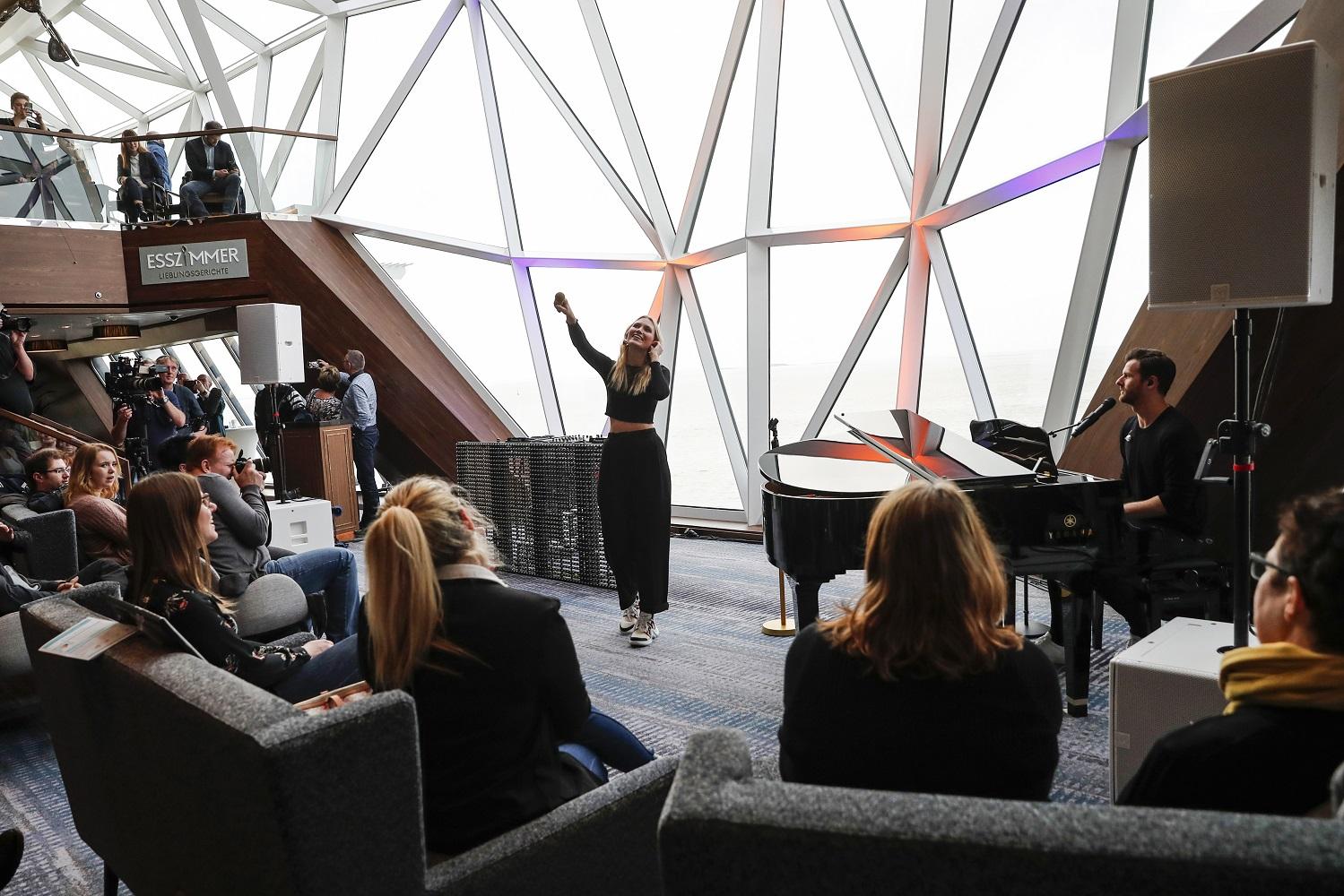 Taufpatin Carolin Niemczyck von Glasperlenspiel beim Esszimmer Konzert auf der neuen Mein Schiff 2 von TUI Cruises (Photo by Franziska Krug/Getty Images for TUI Cruises)