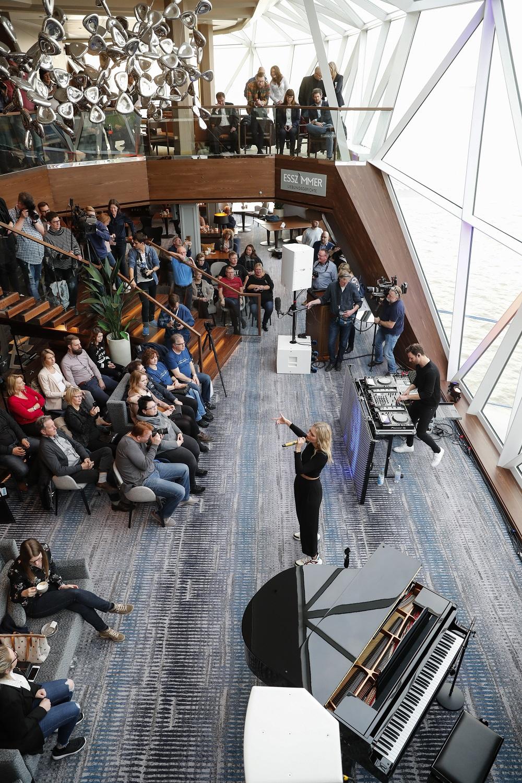 Live im Esszimmer der Mein Schiff 2: Glasperlenspiel (Photo by Franziska Krug/Getty Images for TUI Cruises)