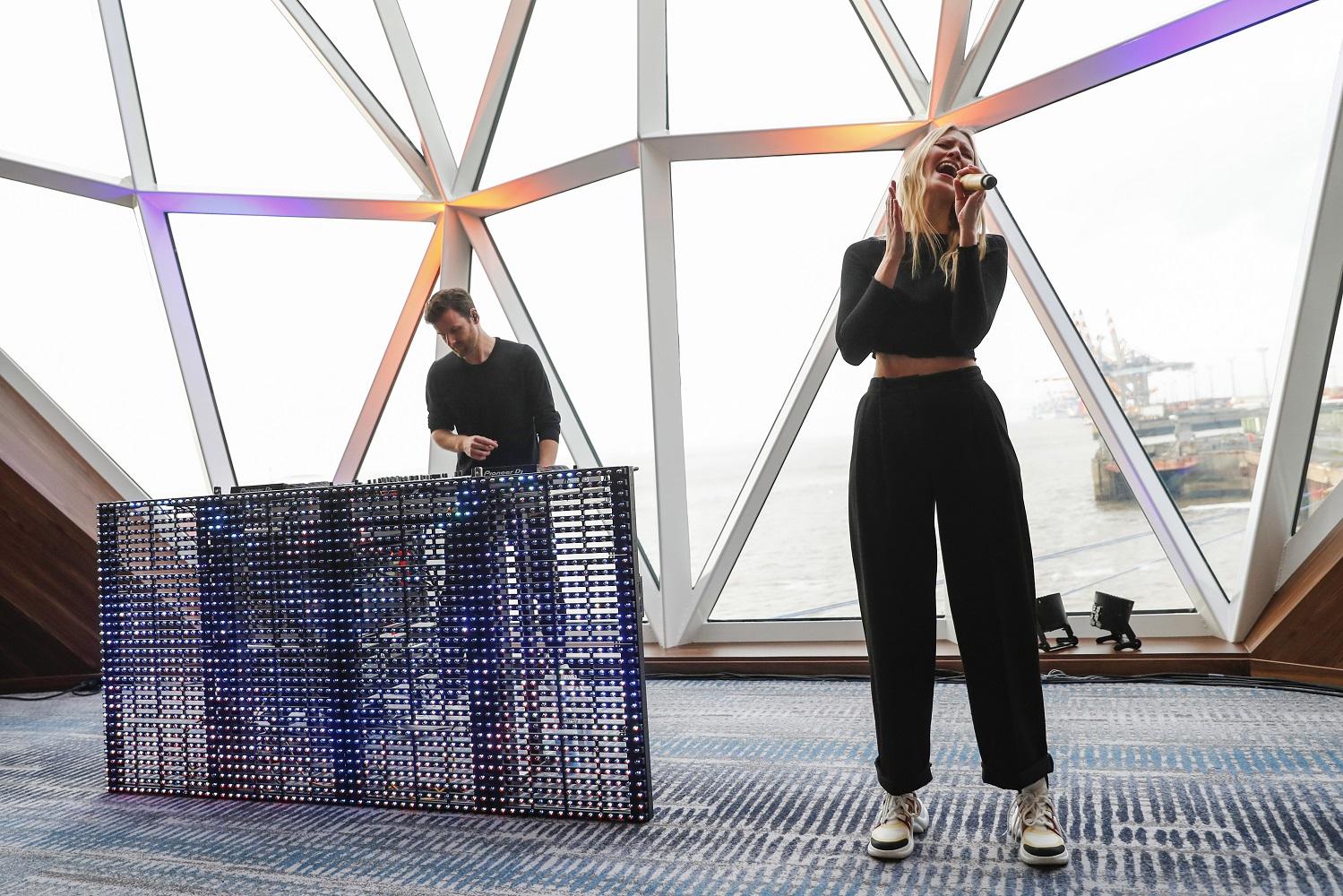 Konzert mit Gänsehaut: Glasperlenspiel im Esszimmer der neuen Mein Schiff 2 (Photo by Franziska Krug/Getty Images for TUI Cruises)