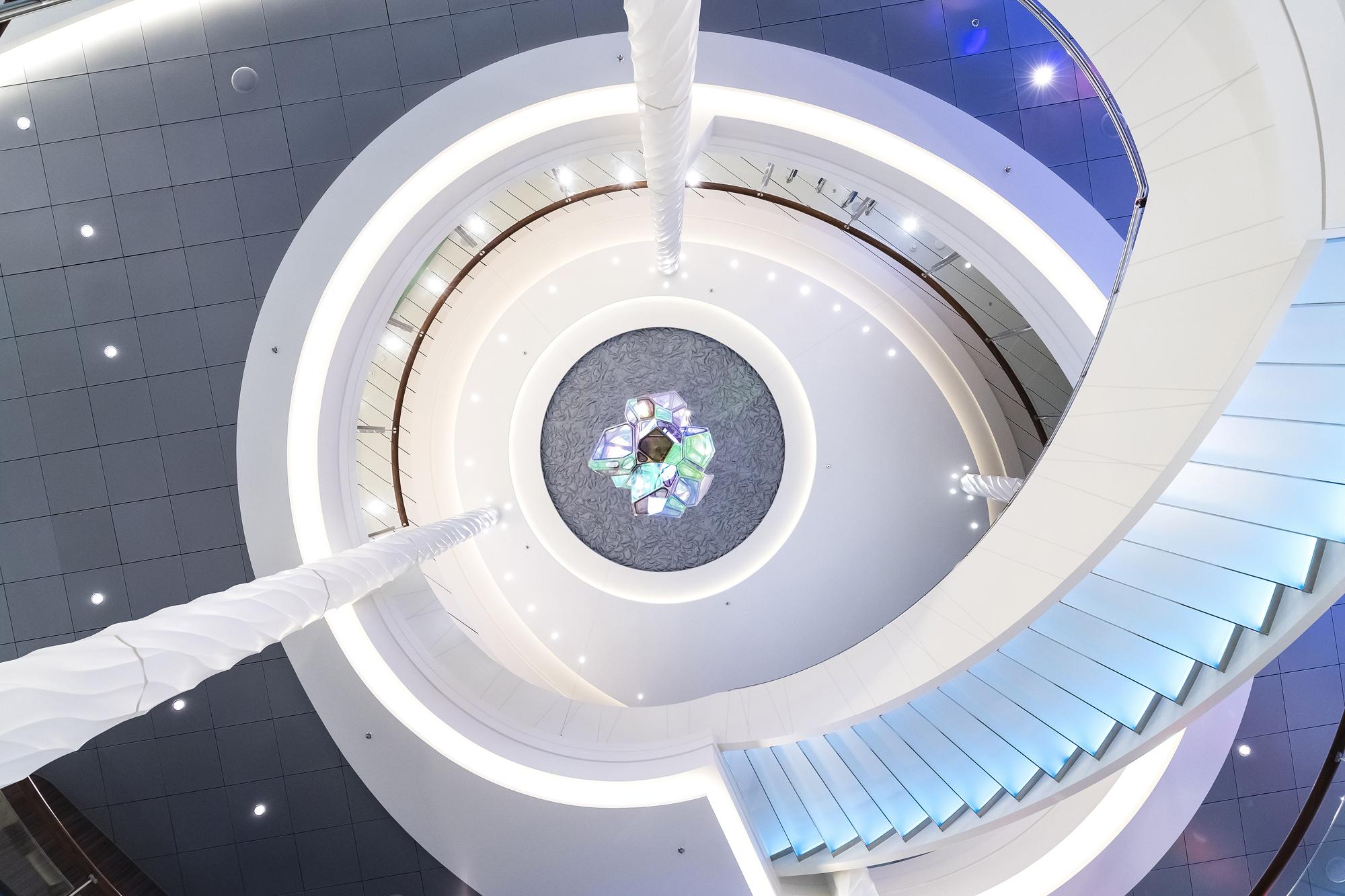 Ein Blick nach oben: Von der Rezeption ins Atrium der neuen Mein Schiff 2 von TUI Cruises