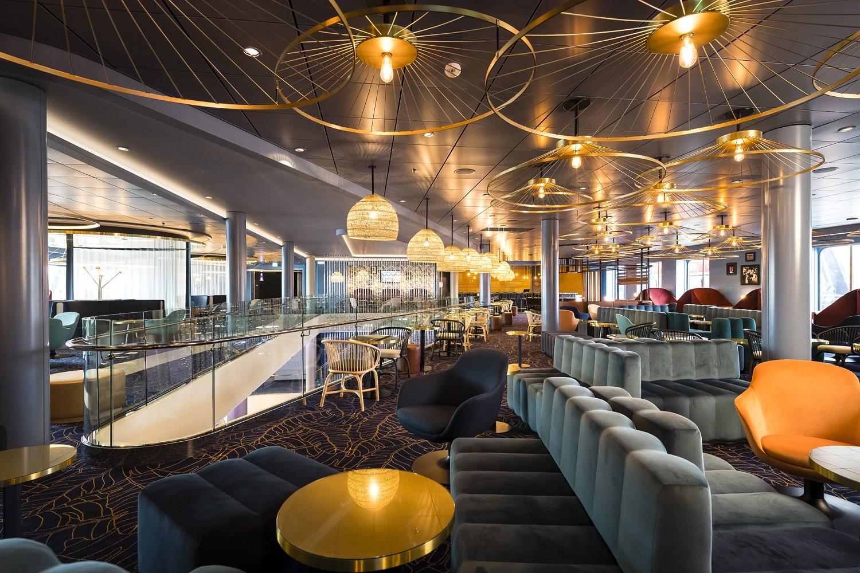 Kubanisches Ambiente in der Schau Bar neuen Mein Schiff 2 von TUI Cruises