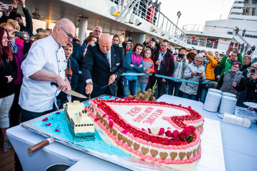 Die beeindruckende Torte bei der Umbenennung der Mein Schiff 2 zur Mein Schiff Herz