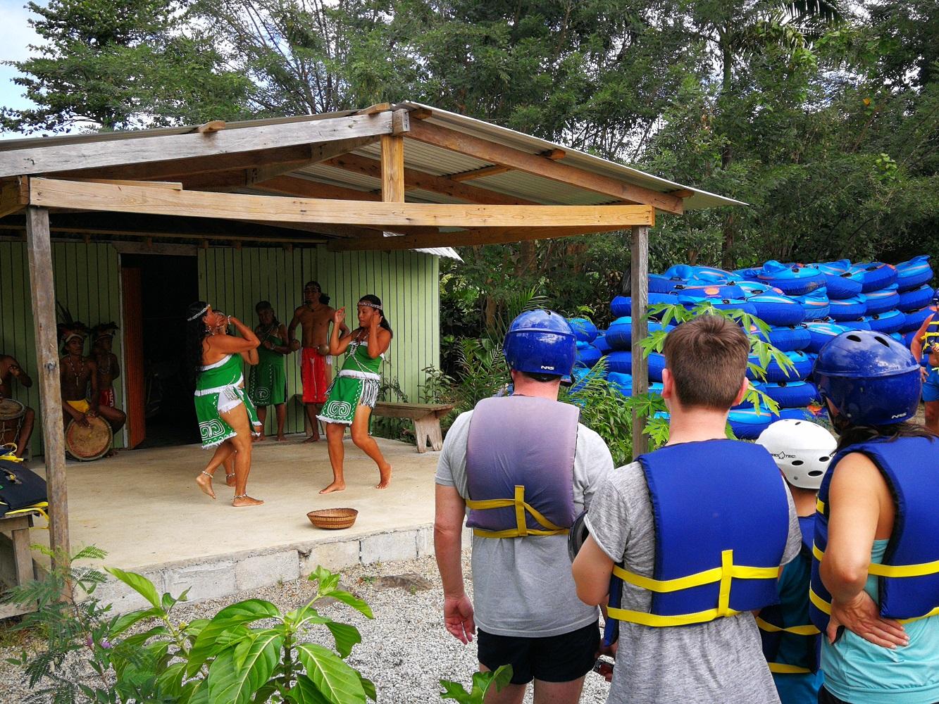 Mein Schiff Ausflug: Eine kleine Tanzshow der Kalinago-Indianer auf Dominica