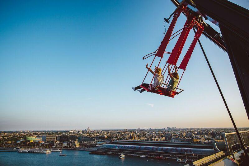 Nichts für schwache Nerven: Die Over-the-Edge-Schaukel in der Mein Schiff destination Amsterdam