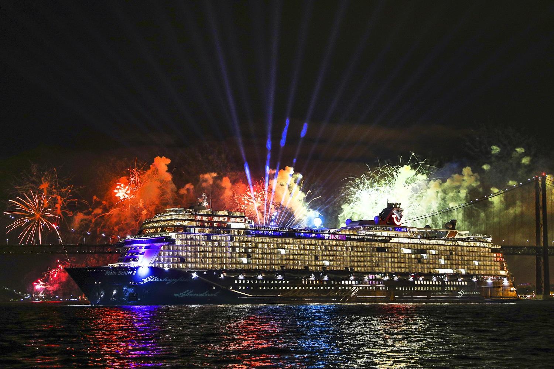 Glasperlenspiel Sängerin Carolin Niemczyk tauft Mein Schiff 2 von TUI Cruises in Lissabon