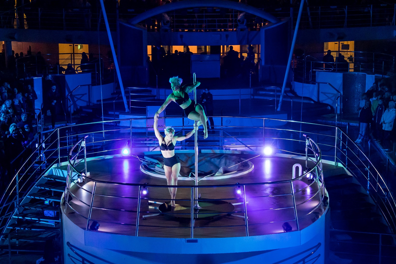 Atemberaubender Showact des GOP Varieté Theaters bei der Premierenfeier der Mein Schiff Herz
