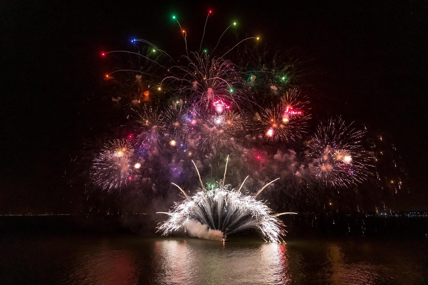 Spektakuläres Feuerwerk bei der Premierenfeier der Mein Schiff Herz von TUI Cruises