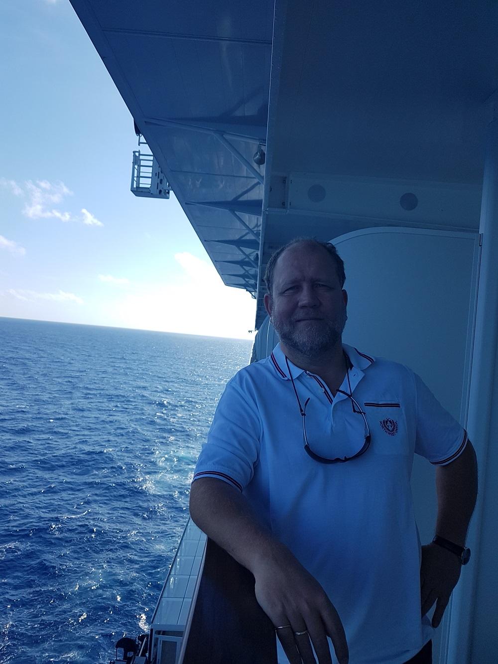 Mein Schiff Gast: Lutz Vieweg an der Reling auf dem Balkon