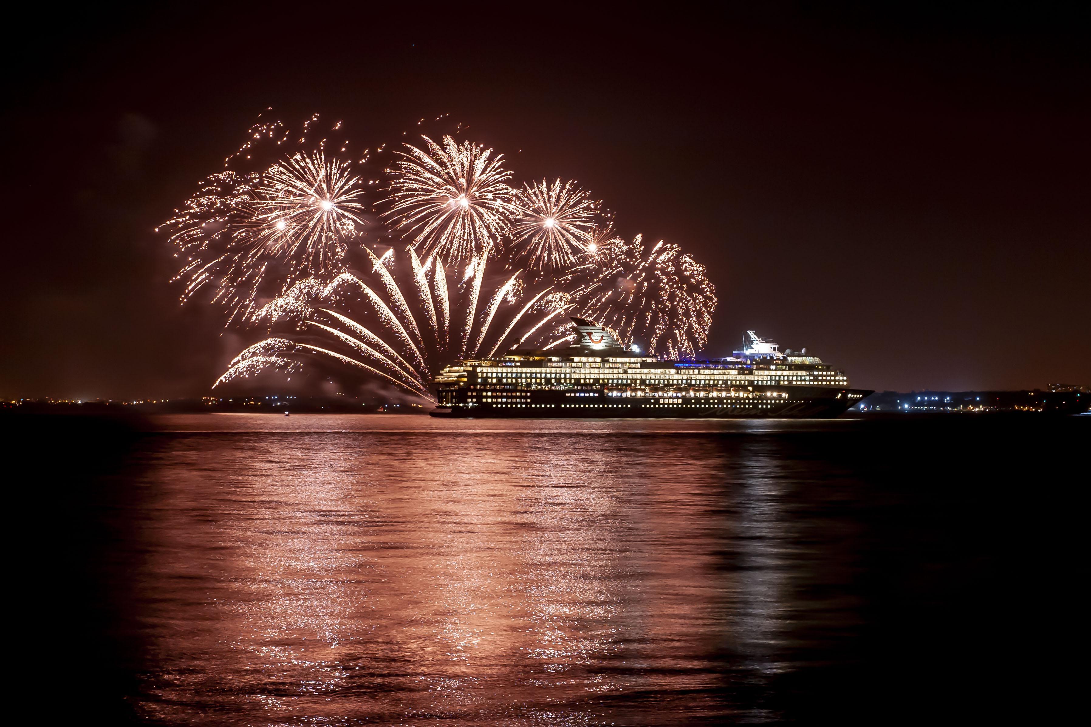 Feuerwerk bei der Premierenfeier der Mein Schiff Herz