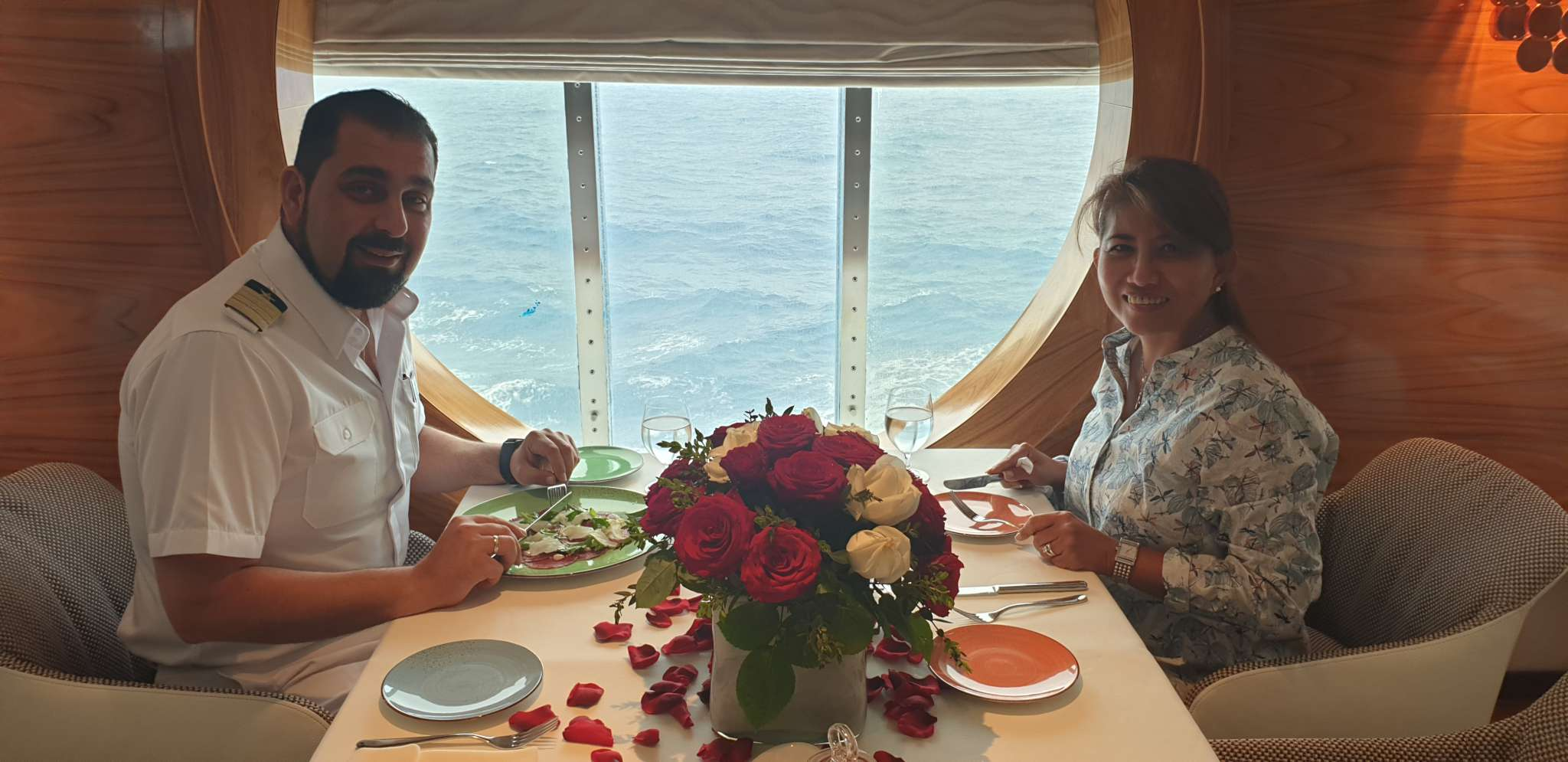 Mein Schiff Kapitän Panagiotis Varotsos und seine Frau im Restaurant La Spezia
