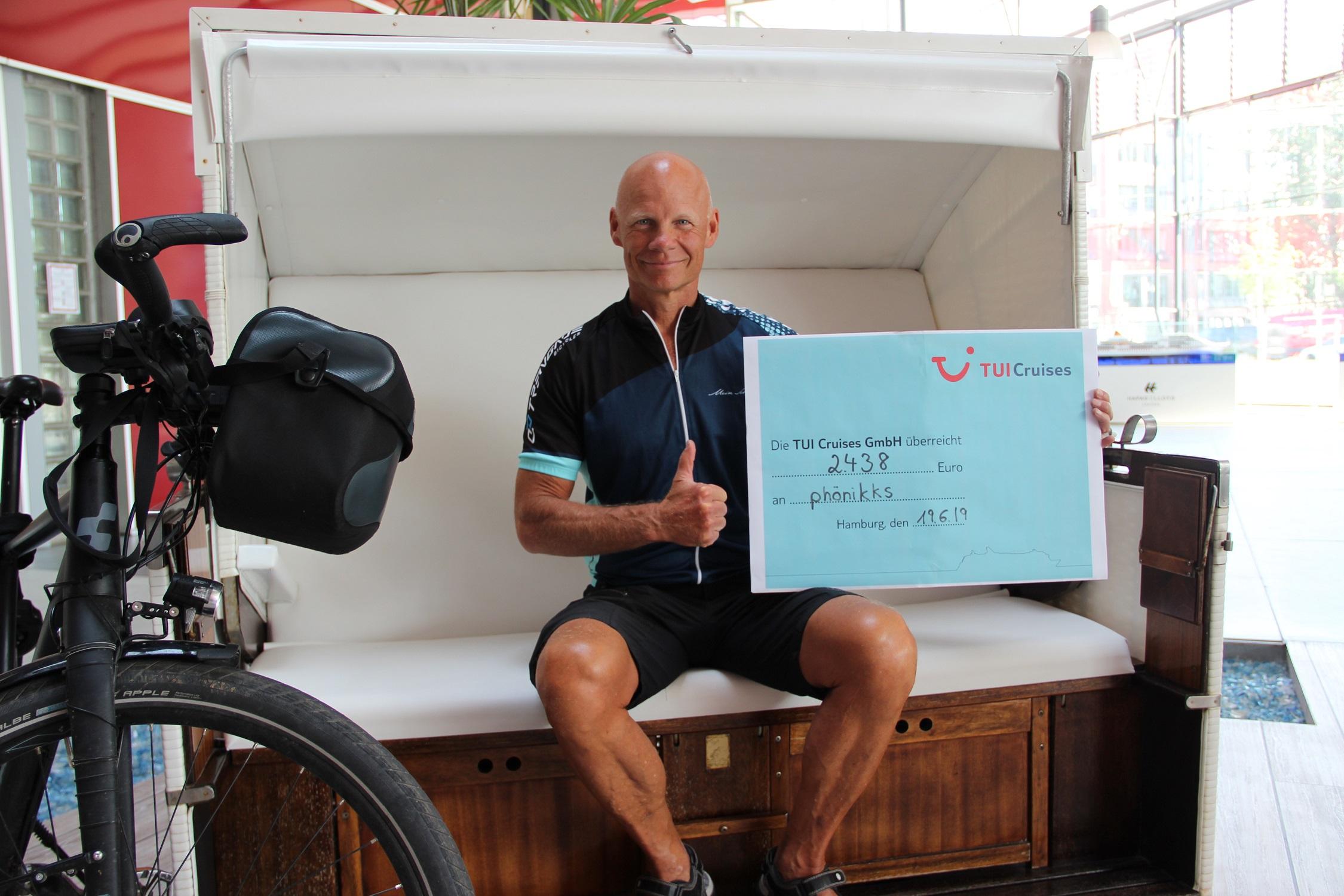 Mein Schiff Kapitän Todd Burgman erradelt 2.438 € für den guten Zweck
