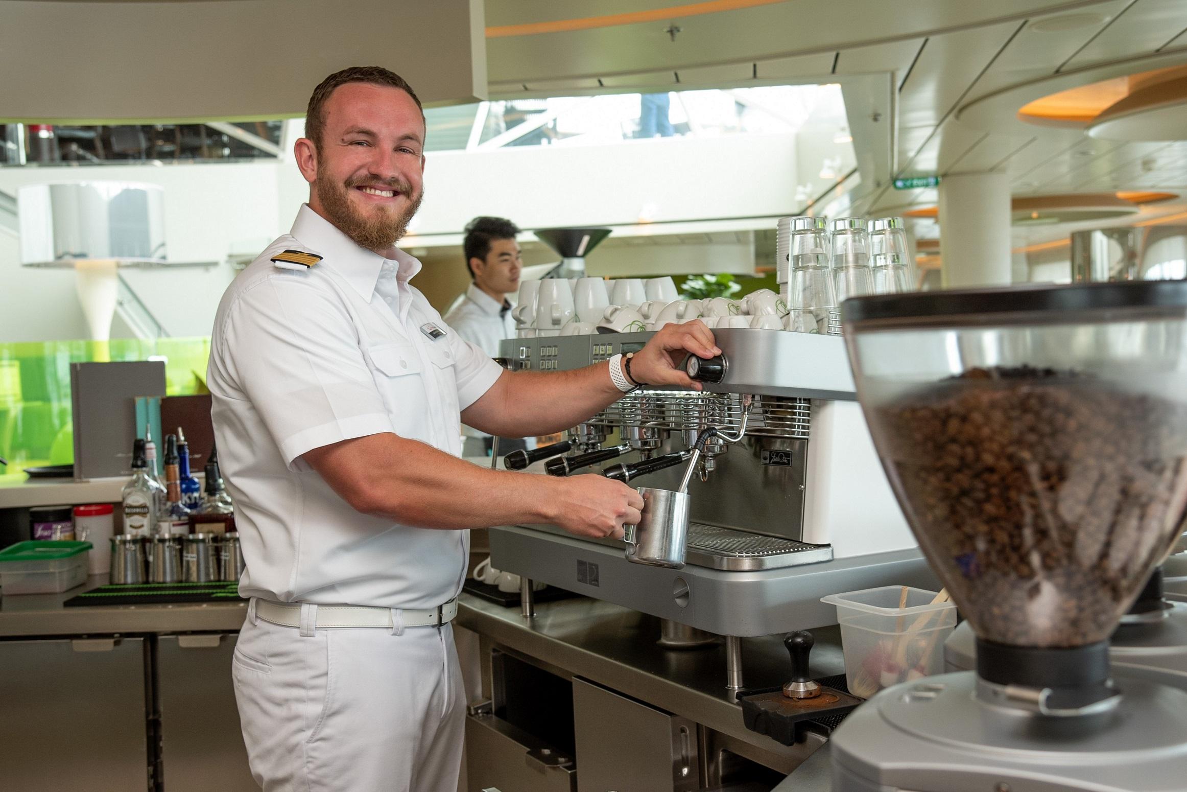 Mit einem Kaffee in der Hand die Weite des Meeres genießen - für Kapitän Jan Fortun ein tolles Gefühl