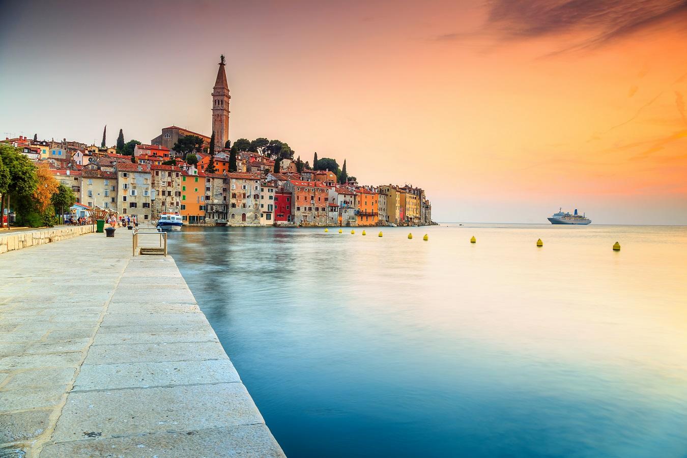 Das Küstenstädchen Rovinj lockt mit farbenfrohen Fassaden und einem tollen Ausblick auf das Meer.