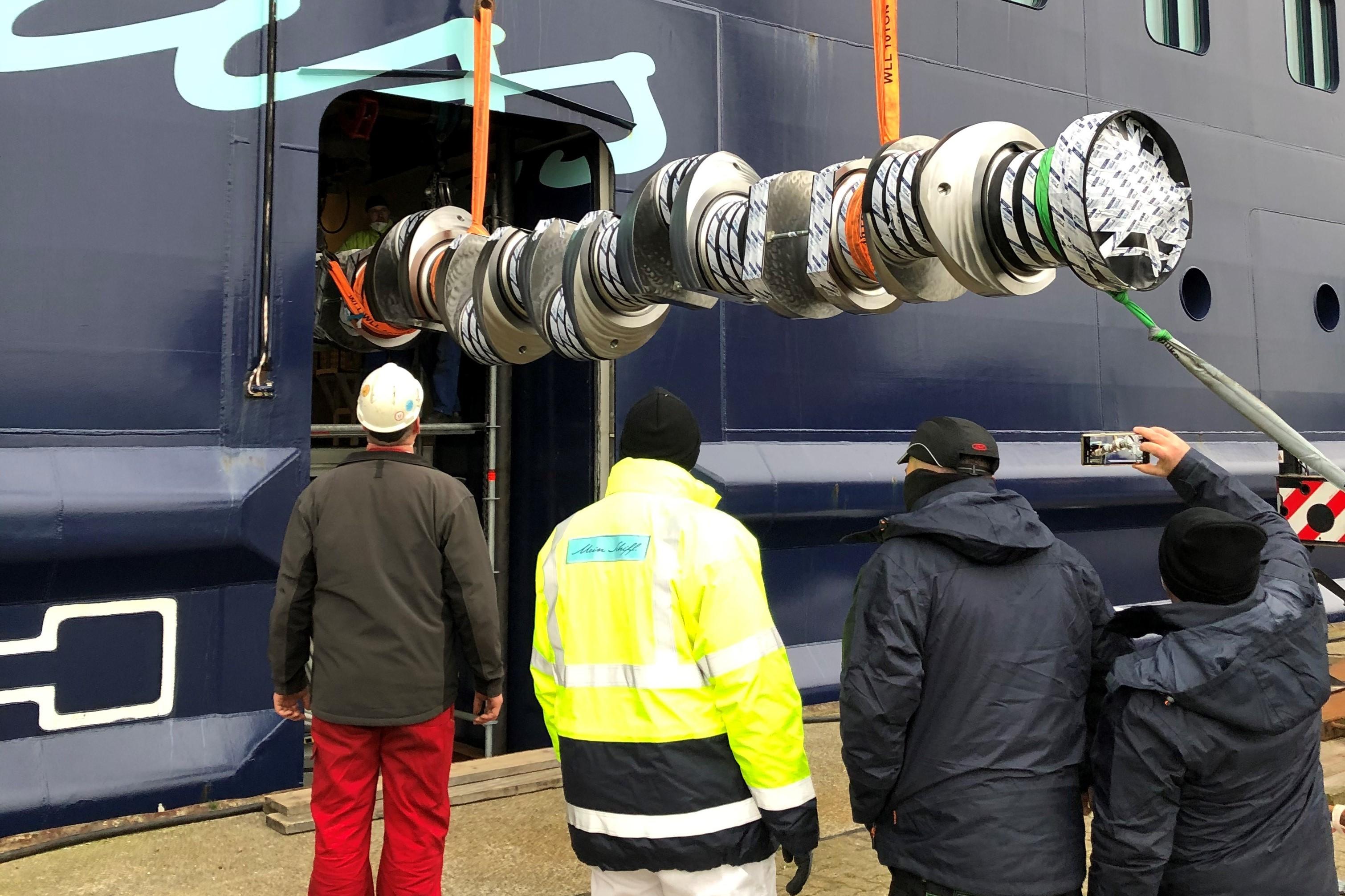 Sieben Meter lang und zwölf Tonnen schwer: Austausch einer Kurbelwelle auf der Mein Schiff 6