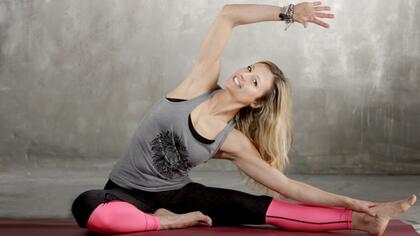 Claudia-Knaup-Broglin-Fitnesstrifftyoga